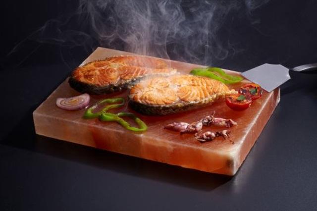 La plancha de sal rosa del himalaya uso directo en el for Como cocinar salmon plancha