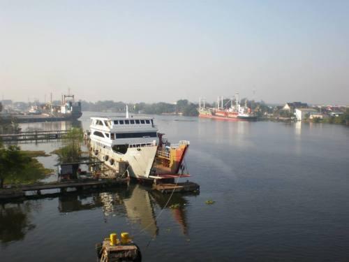 puerto fluvial en Samut Sakhon Thailand