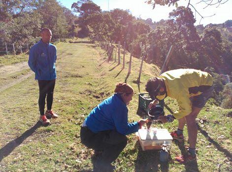 Los miembros del equipo Jimbofresh Preparando autentico café de Costa Rica mientras esperan a Andrés en el primer puesto de control de la etapa de hoy
