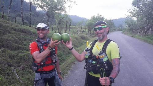 Para reponer líquidos en Costa Rica no hace falta ir al supermercado. Lo mejor agua de cocos recolectados por el camino. @vicentejuanG